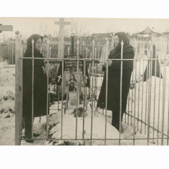 rezando en un funeral con su hermana